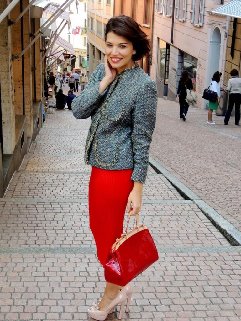 мода весна лето после 50: красная юбка миди под жакет