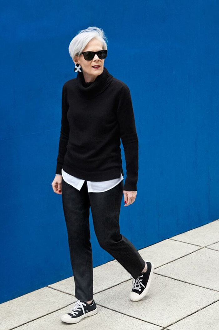 мода весна лето 2019 для женщин за 50: черные джинсы под свитер в тон