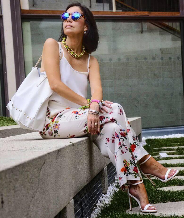 мода весна лето 2019 для женщин за 50: летние брюки светлые в цветы под майку белую
