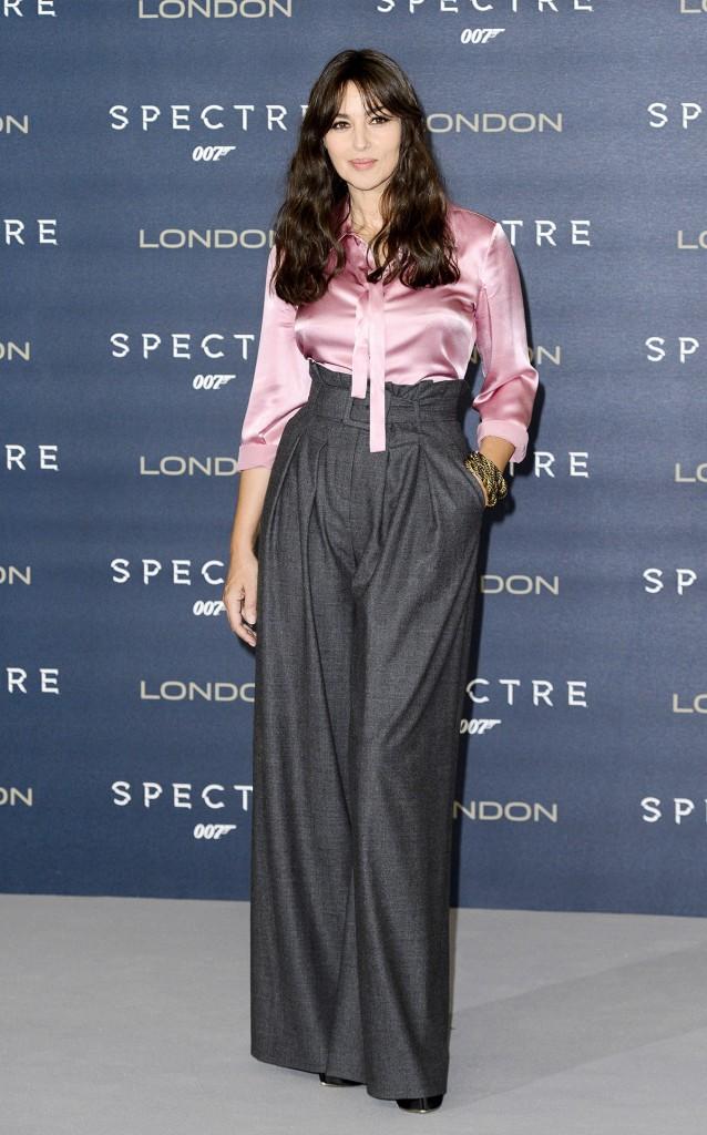 мода весна лето 2019 для женщин за 50: серые широкие штаны с высокой талией под блузку розовую