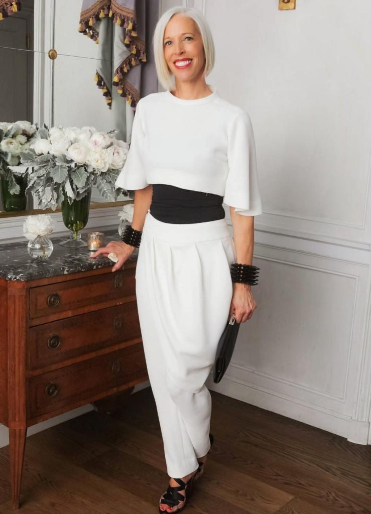 мода весна лето 2019 для женщин за 50: белые брюки под короткую кофту в тон