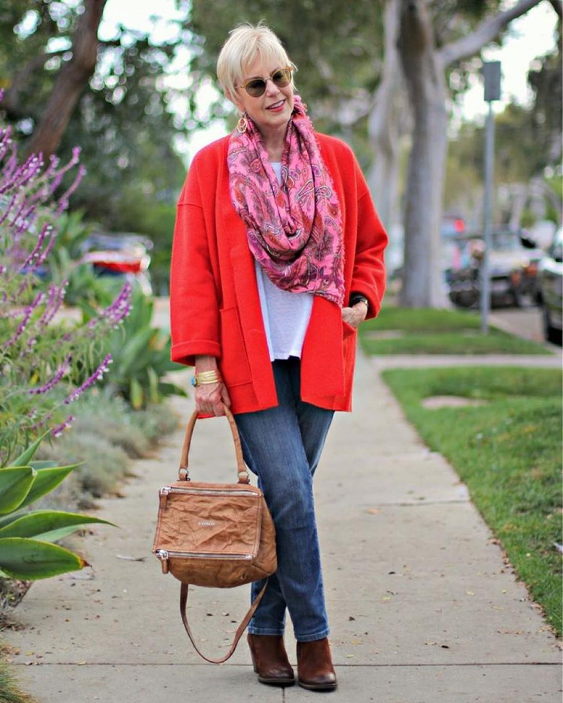 мода весна лето 2019 для женщин за 50: синие джинсы под красную куртку
