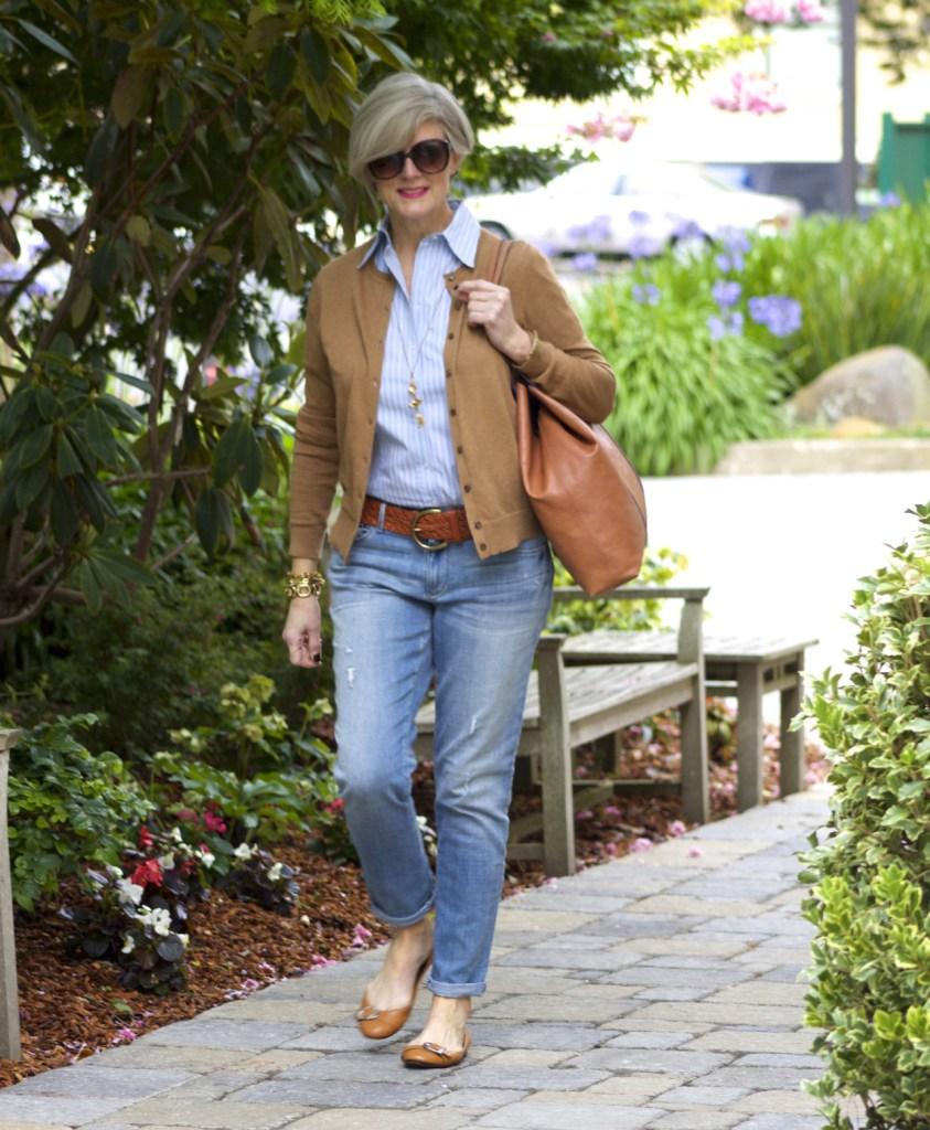 мода весна лето 2019 для женщин за 50: классические джинсы под коричневый жакет