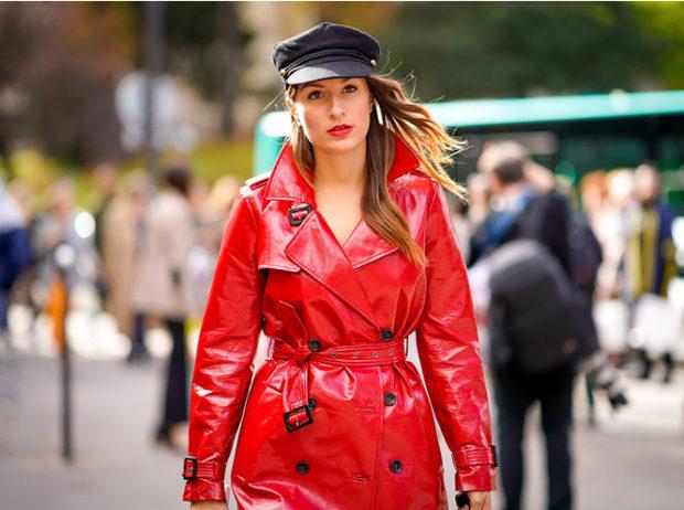 мода весна лето 2019 для женщин за 50: красный плащ лаковый