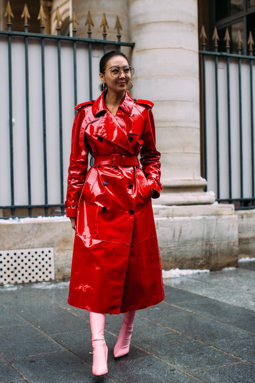 мода весна лето 2019 для женщин за 50: красный плащ лаковый длина миди