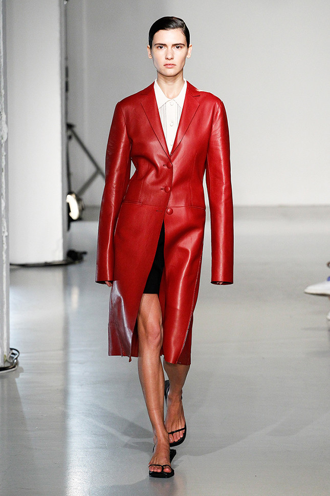 мода весна лето 2019 для женщин за 50: красный плащ кожаный