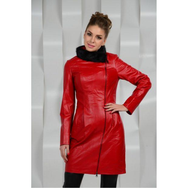 мода весна лето 2019 для женщин за 50: красный плащ с меховым воротом