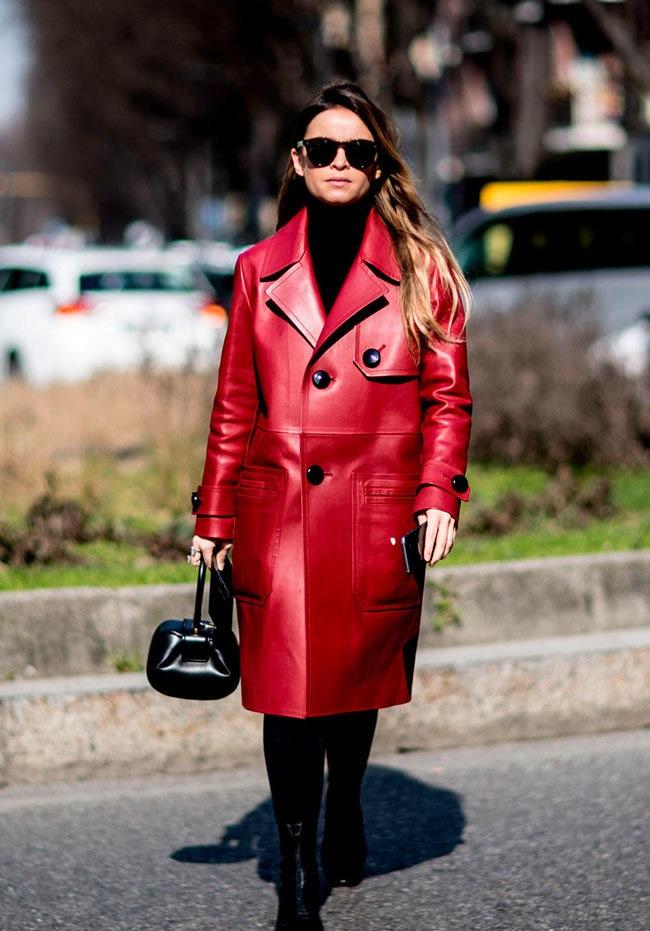 мода весна лето 2019 для женщин за 50: красный плащ кожаный оверсайз