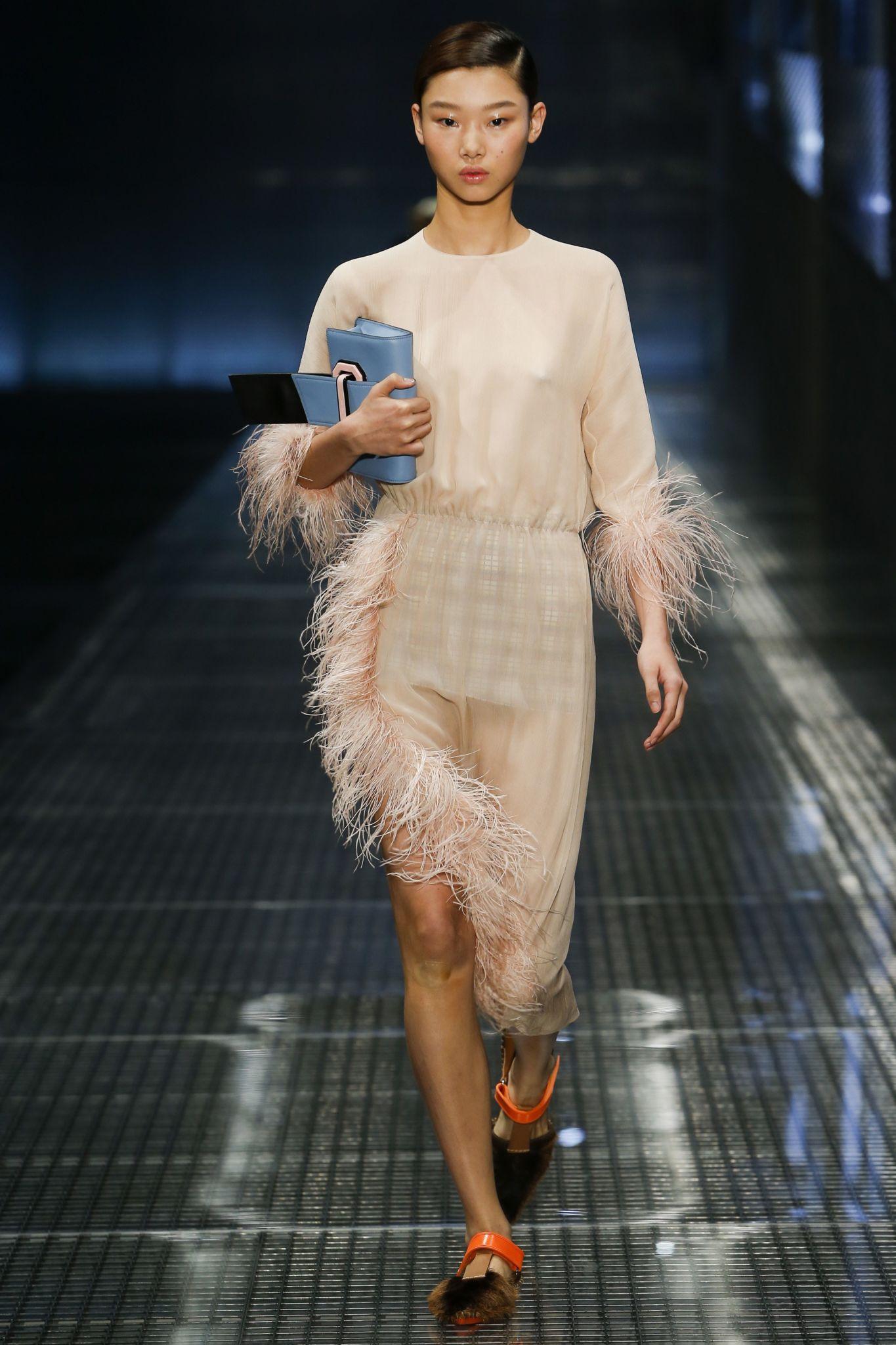 мода весна лето 2019 для женщин за 50: бежевое платье с перьями