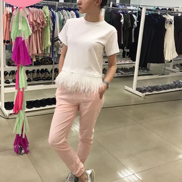 мода весна лето 2019 для женщин за 50: футболка с бахромой из перьев