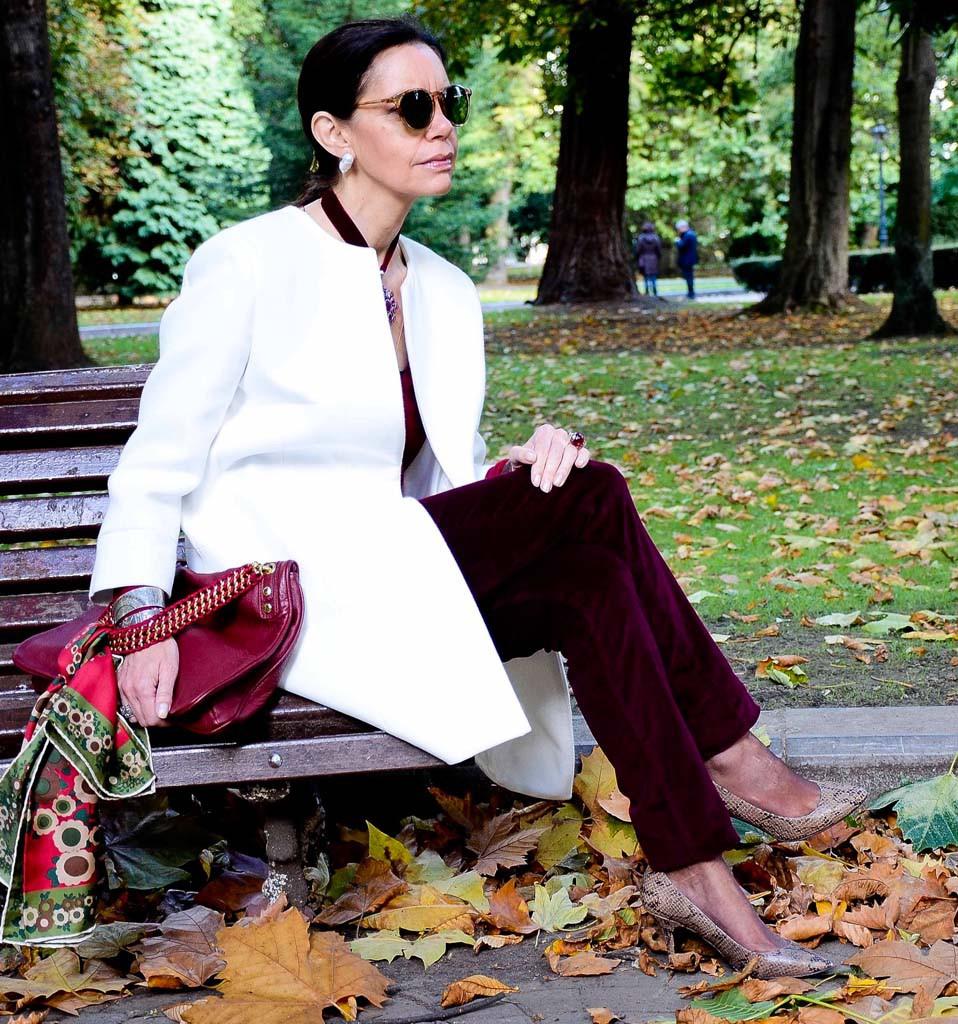 мода весна лето кому за 50: бордовые брюки бархатные пальто белое