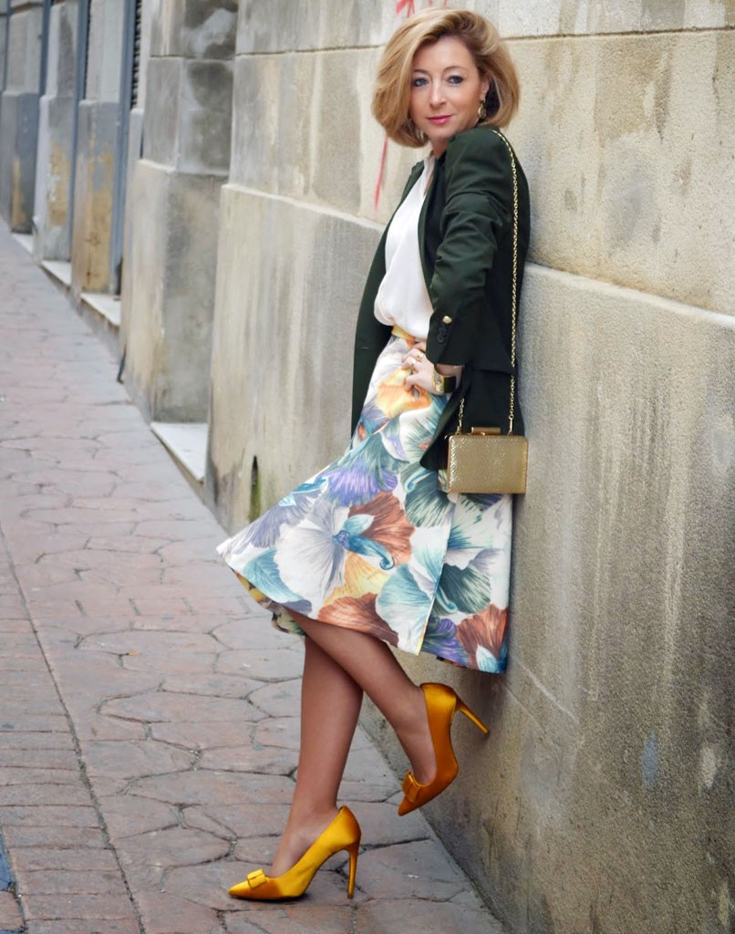 яркая юбка в цветы под куртку темно-зеленую