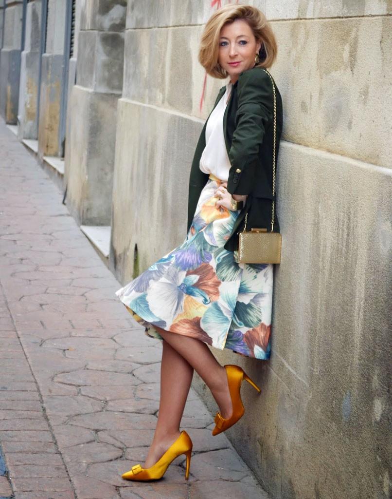 мода весна лето кому за 50: яркая юбка в цветы под куртку темно-зеленую