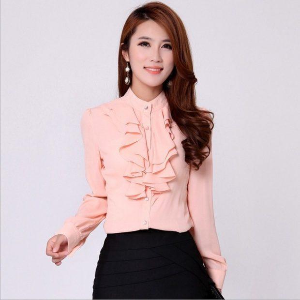 мода весна лето 2019 для женщин за 50: блузка персиковая с воланами