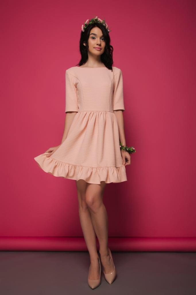 мода весна лето 2019 для женщин за 50: персиковое платье с воланами внизу