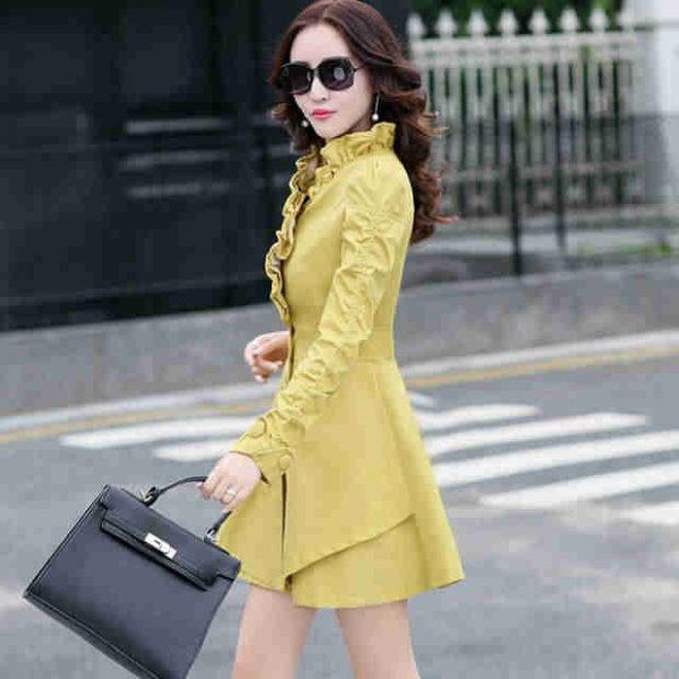 мода для женщин за 50 в 2019 году весна лето: пальто с оборками горчичного цвета