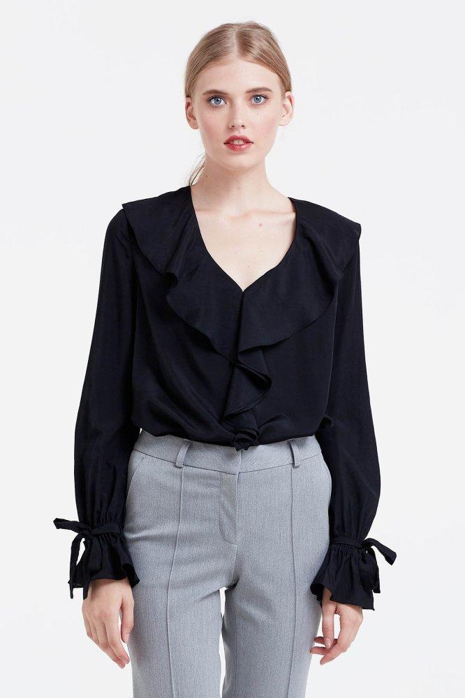 мода для женщин за 50 в 2019 году весна лето: черная блуза с воланами