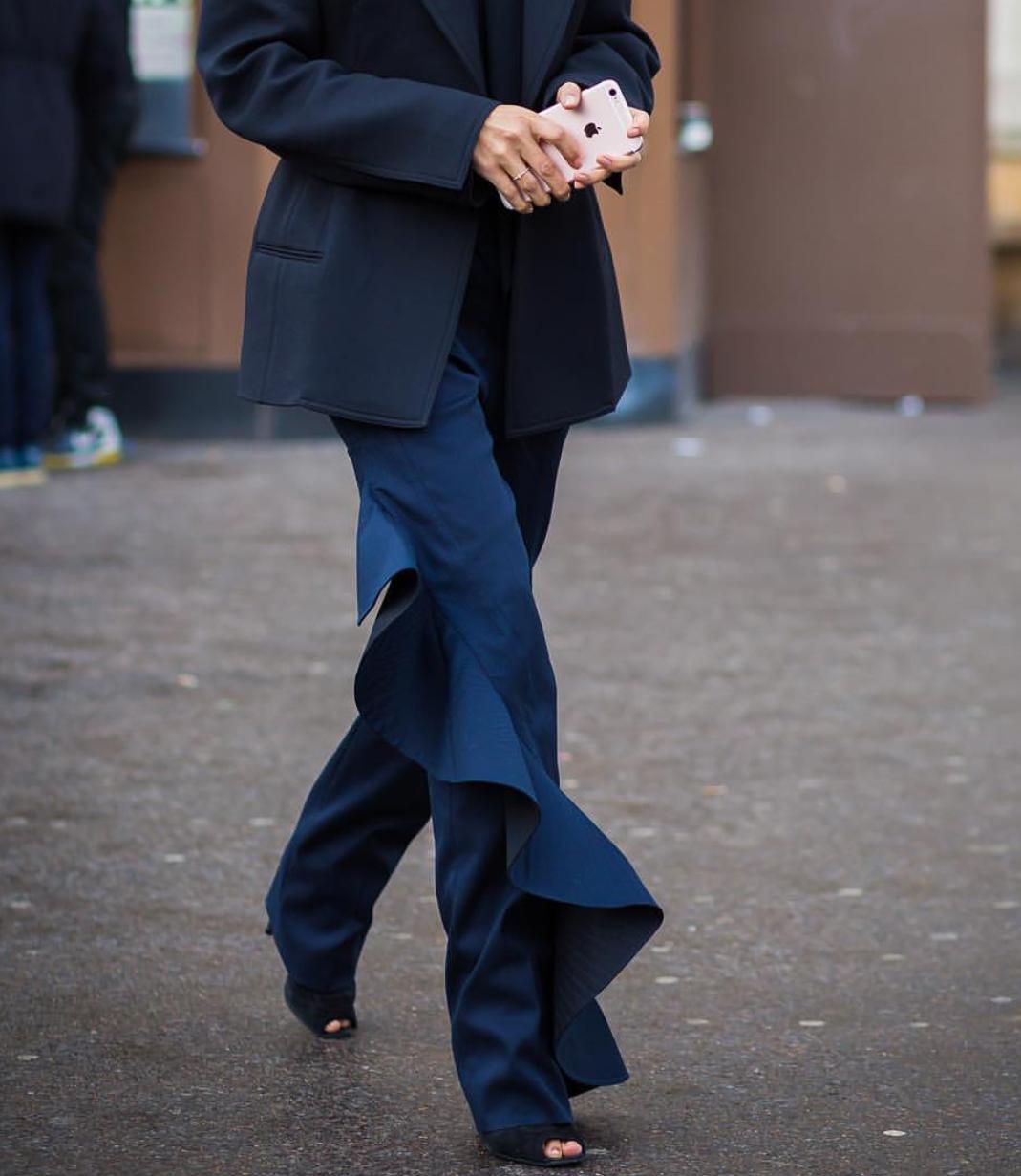мода для женщин за 50 в 2019 году весна лето: синие брюки с воланами