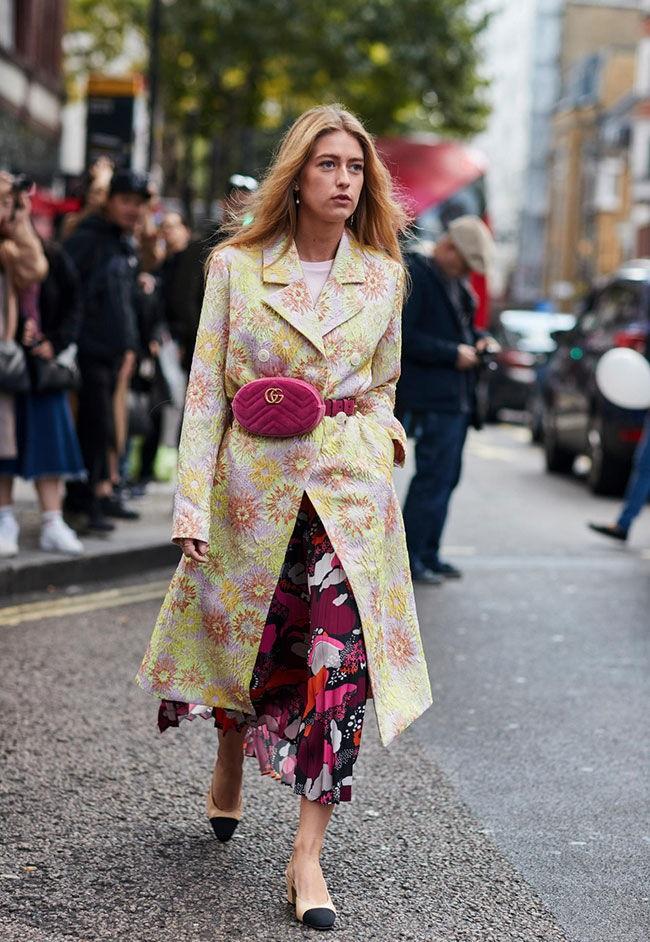 мода для женщин за 50 в 2019 году весна лето: сумка на пояс малиновая