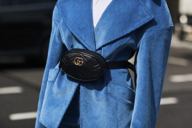 мода для женщин за 50 в 2019 году весна лето: сумка на пояс черная
