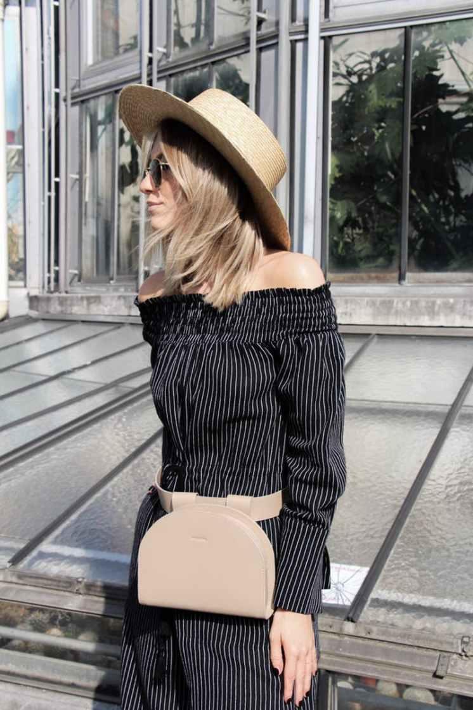 мода для женщин за 50 в 2019 году весна лето: сумка на пояс бежевая