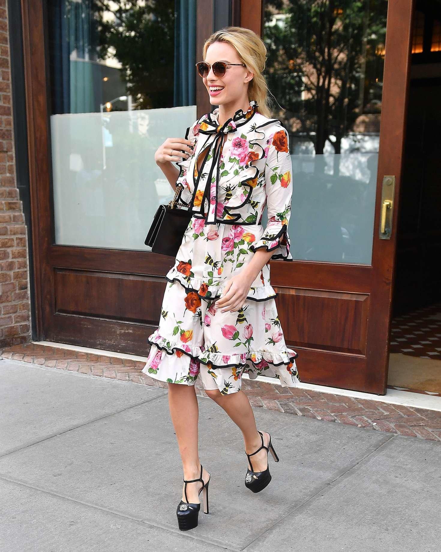 мода для женщин за 50 в 2019 году весна лето: юбка и блузка яркая в цветы