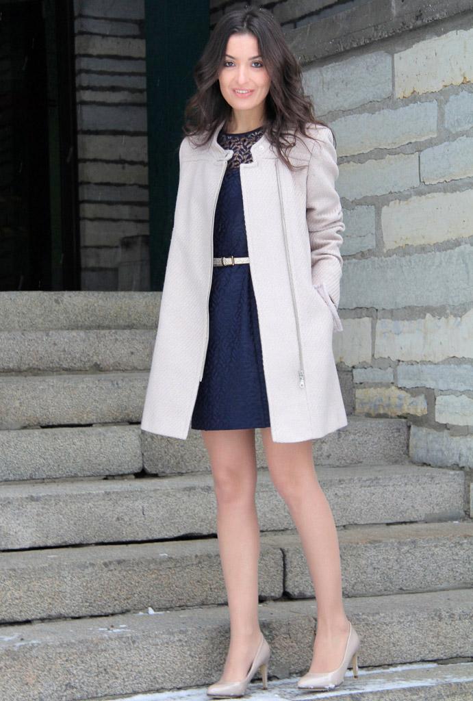 мода для женщин за 50 в 2019 году весна лето: платье синее короткое под белое пальто