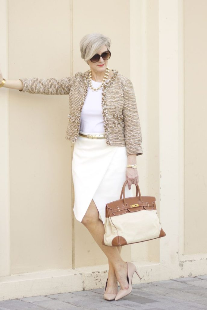 мода для женщин за 50 в 2019 году весна лето: белая юбка под кофейный жакет