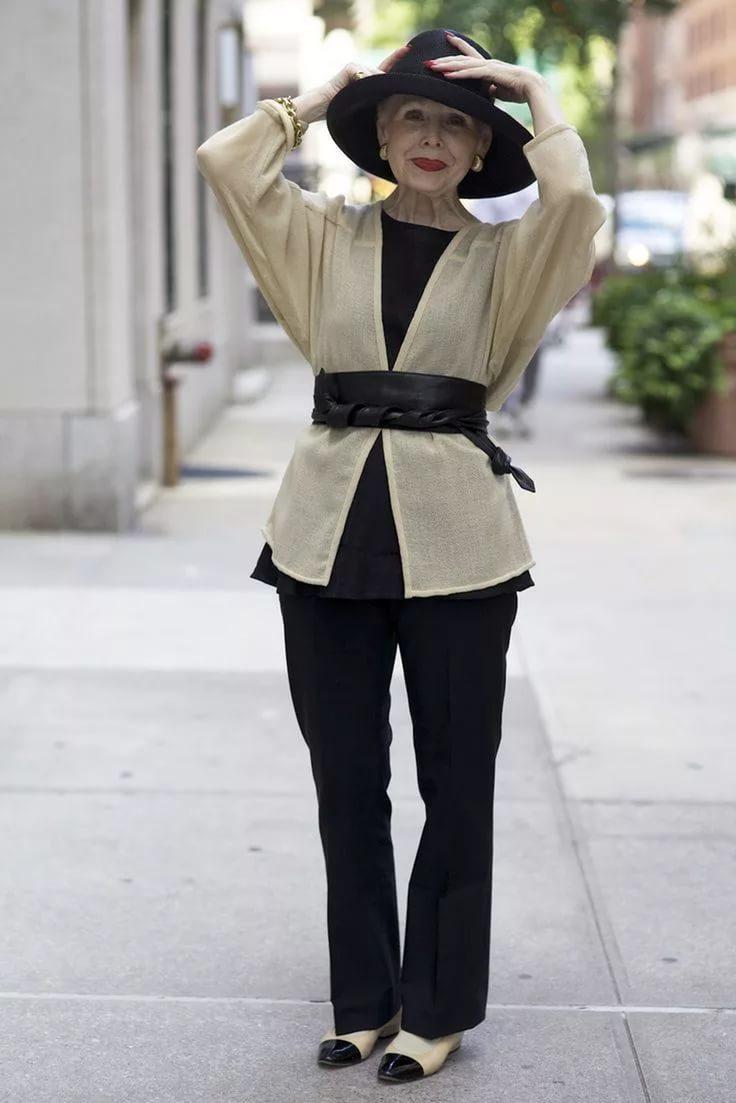 мода для женщин за 50 в 2019 году весна лето: черные брюки под рубашку с поясом