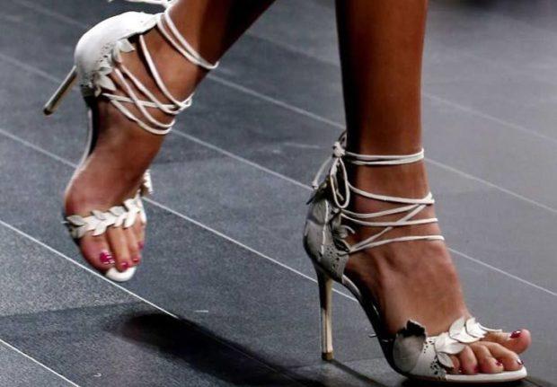 женская обувь весна лето 2019: серебристые босоножки на шпильке с завязочками