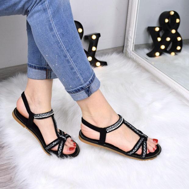 модная женская обувь весна лето 2019: сандалии черные с серебристым украшением