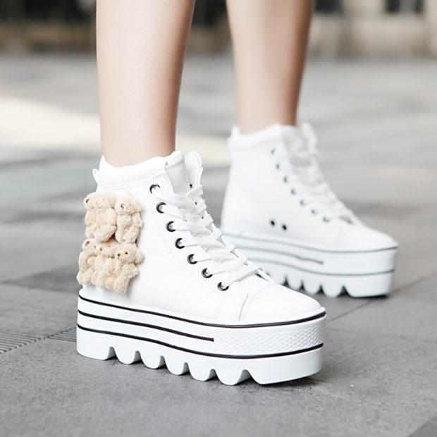 женская обувь весна лето 2019: белые кроссовки на толстой подошве с мишками