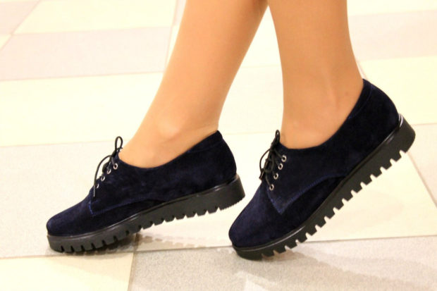 женская обувь весна лето 2019: лоферы синие замша