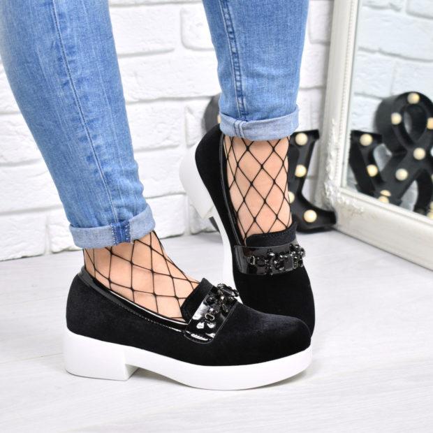 женская обувь весна лето 2019: лоферы черные с белой подошвой