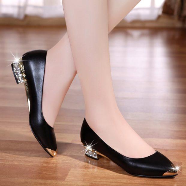 женская обувь весна лето 2019: туфли черные с золотым носком и каблуком