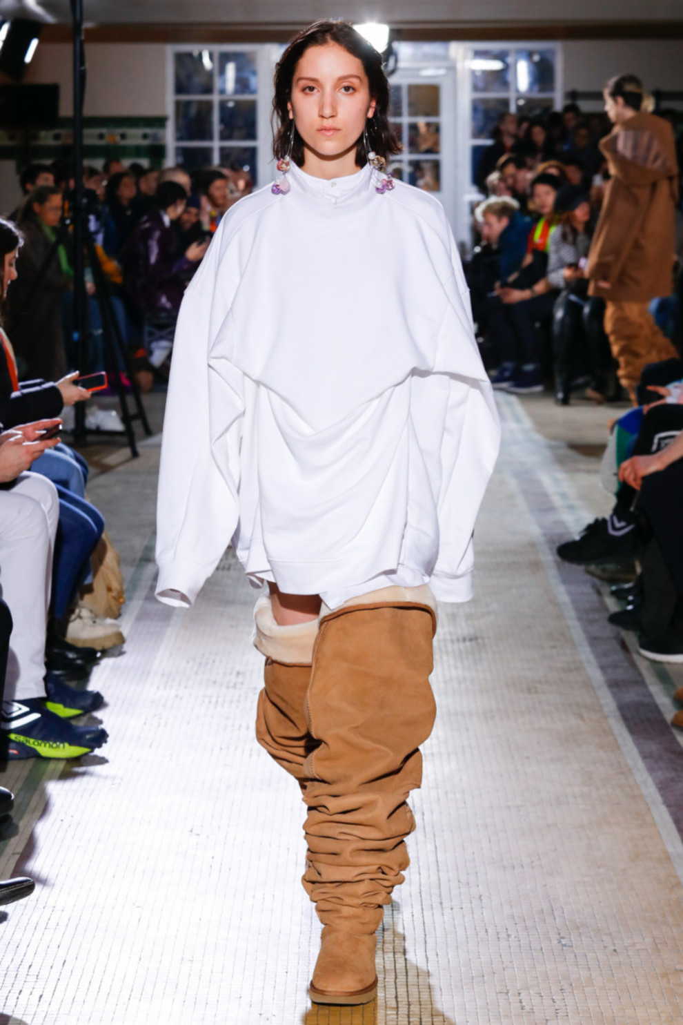 женская обувь весна лето 2019: ботфорты-угги бежевые