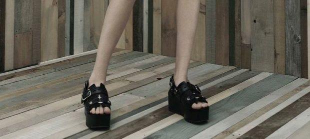 женская обувь весна лето 2019: черные босоножки на танкетке грубые