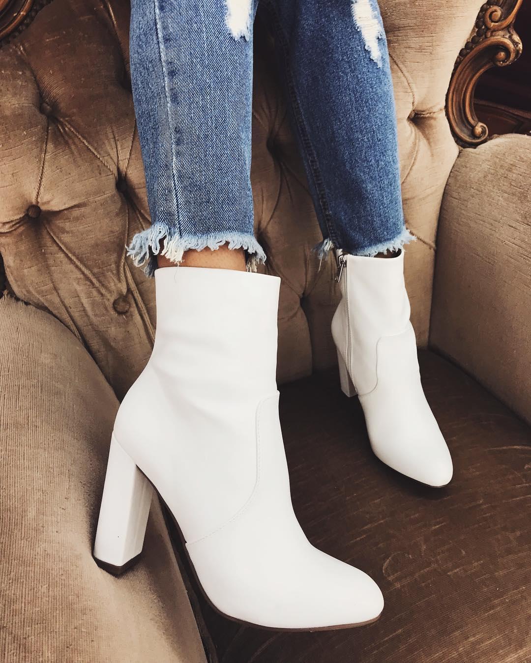модная обувь весна лето 2019 фото: ботильоны белые на толстом каблуке