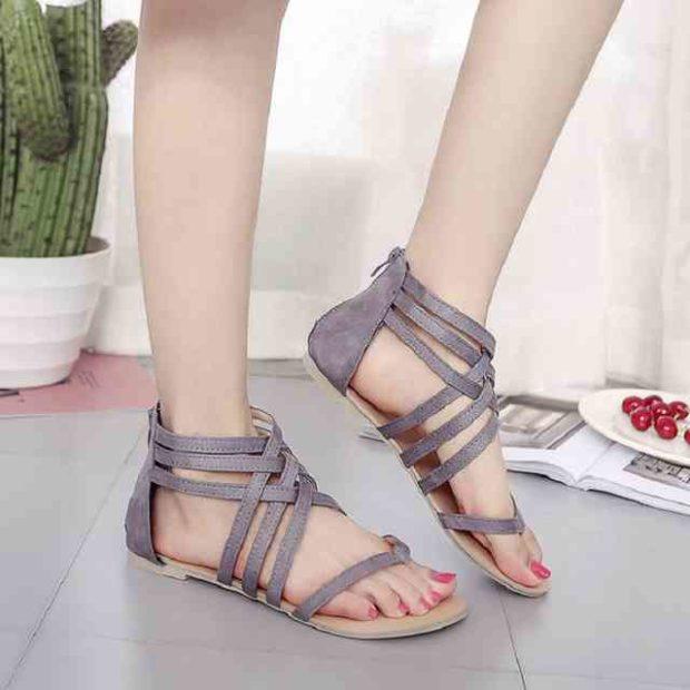модная обувь весна лето 2019 фото: босоножки на низком хожу серые