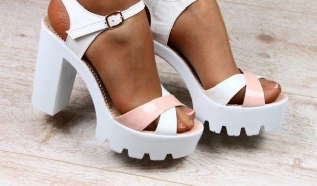 модная обувь весна лето 2019 фото: босоножки на каблуке толстом светлые
