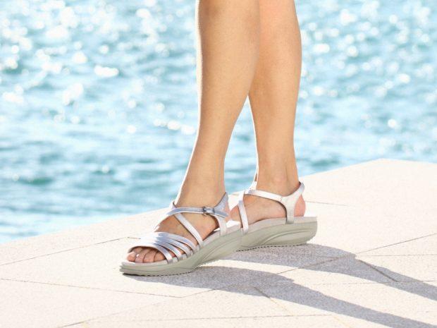 модная женская обувь весна лето 2019: сандалии серебристые на небольшой танкетке