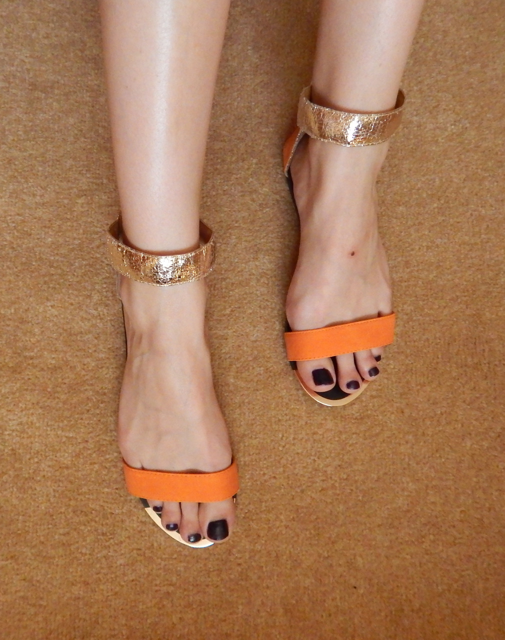 модная женская обувь весна лето 2019: сандалии золотые с оранжевым