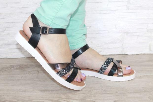 модная женская обувь весна лето 2019: сандалии черные на белой подошве