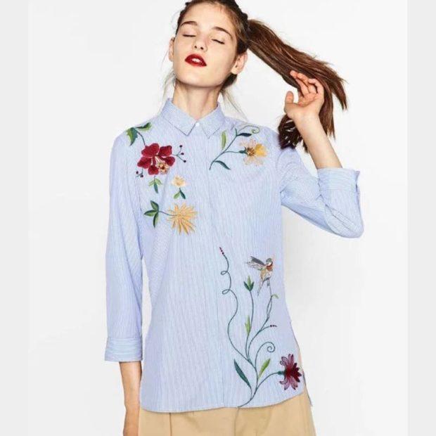 блузки весна лето 2019: голубая с цветами