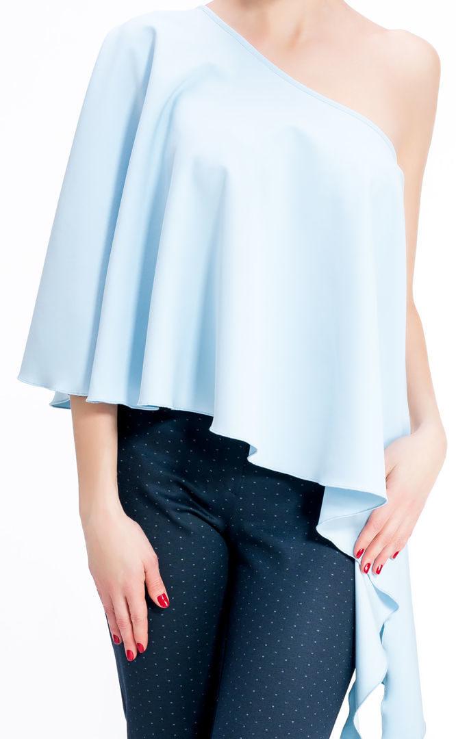 блузки весна лето 2019 года: свободного кроя голубая воланами с открытым плечом
