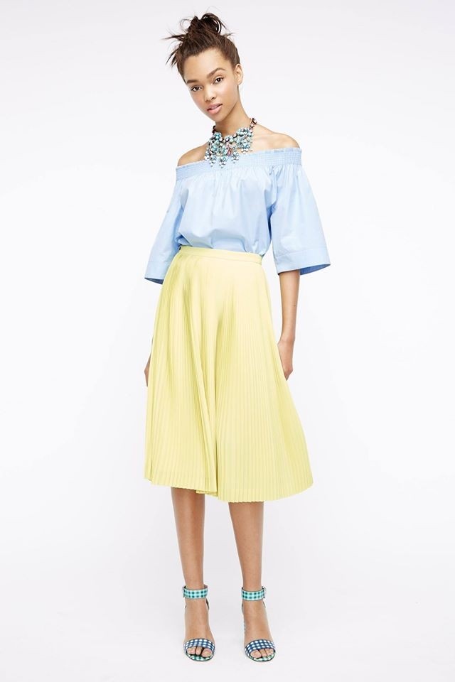 модные женские блузки весна лето 2019: с открытыми плечами голубая рукав по локоть колокол