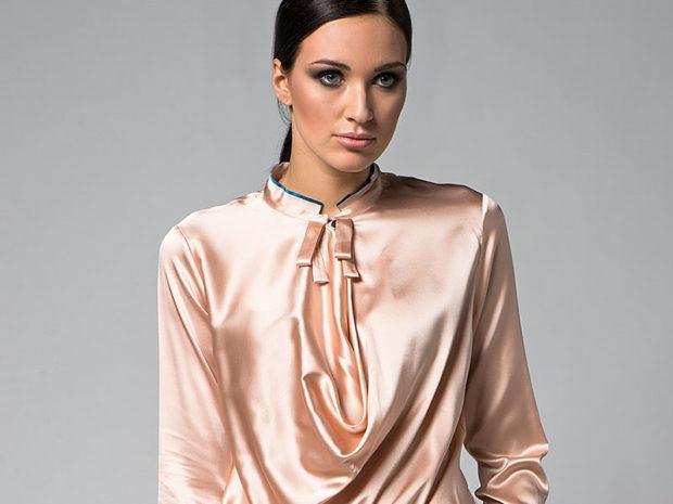 модные блузки весна лето 2019: вечерняя бежевая шелковая