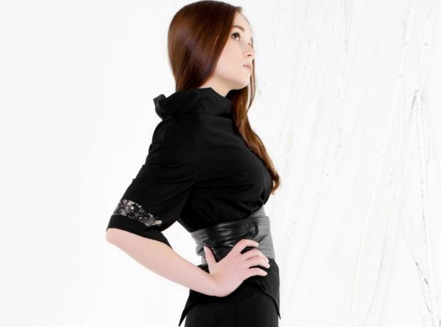 модные блузки весна лето 2019: с воротником стойкой черная рукав по локоть