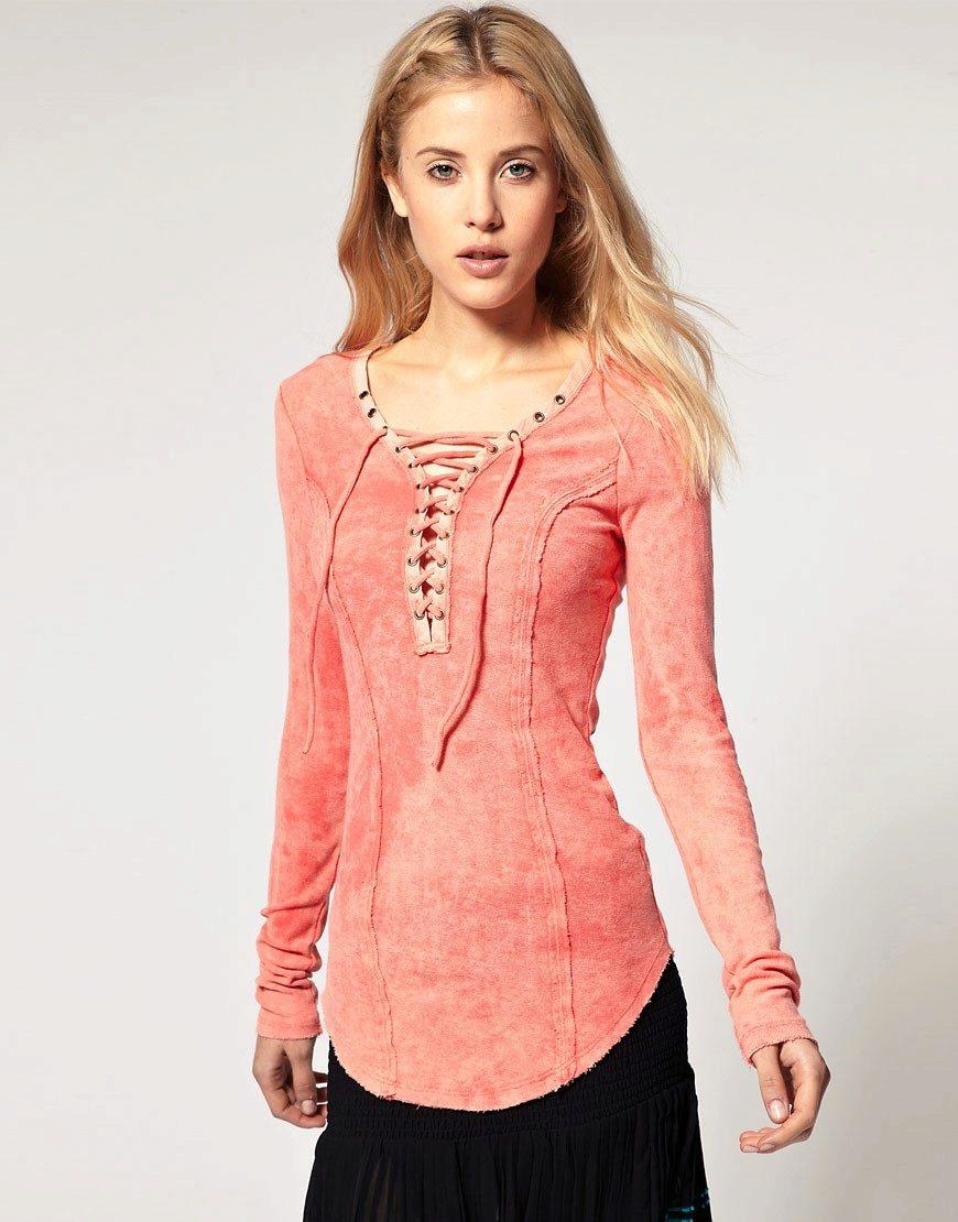 модные блузки весна лето 2019: трикотажная персиковая с длинным рукавом