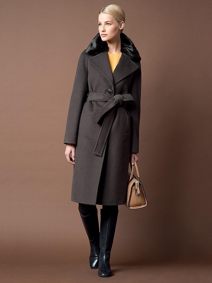 модные тенденции весна 2019 пальто: темно-серое с меховым воротником под пояс